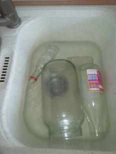 Je laisse tremper les bocaux plusieurs heures dans l'eau. Souvent l'étiquette part facilement. Parfois, il reste de la colle.